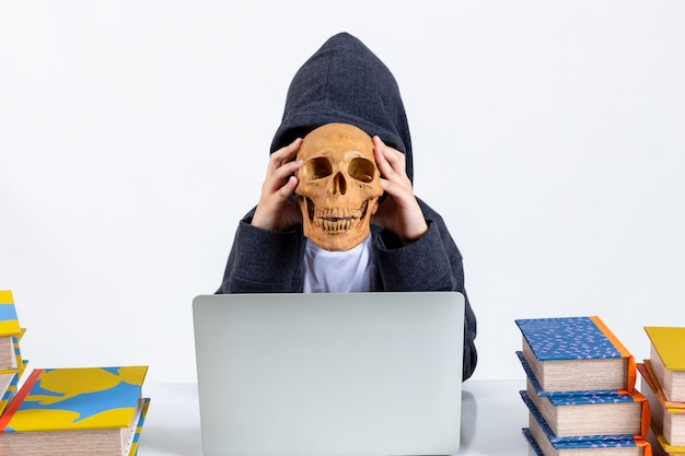 Mała hacker chłopiec z laptopem