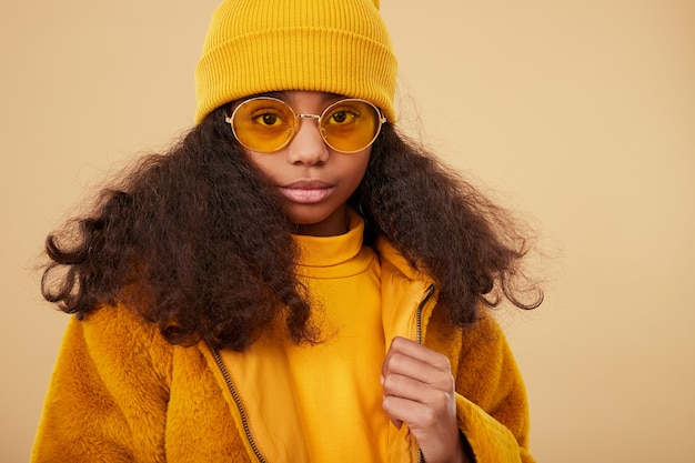 Mała hipsterka w ciepłych kolorowych ubraniach