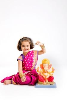 Mała indyjska dziewczyna z władcą ganesha, indiański ganesh festiwal