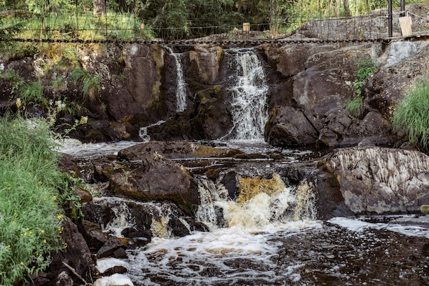 Mała kaskada wodospadu ruskeala, karelia. zdjęcie wysokiej jakości