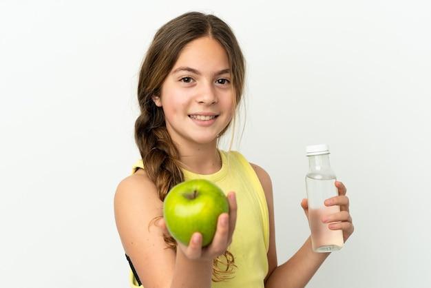 Mała kaukaska dziewczynka na białym tle z jabłkiem i butelką wody