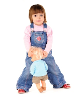 Mała kobieta w kombinezonie jeansy spacery i uśmiechnięte
