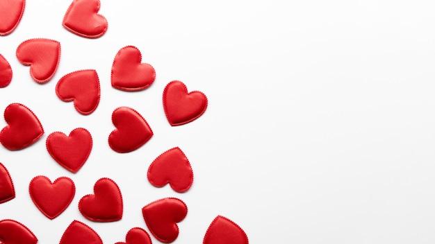 Mała kolekcja serca na stole z miejsca na kopię