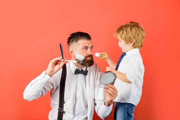 Mała koncepcja fryzjera dla fryzjera dzień ojca dzień rodziny golenie brody w pielęgnacji brody fryzjera