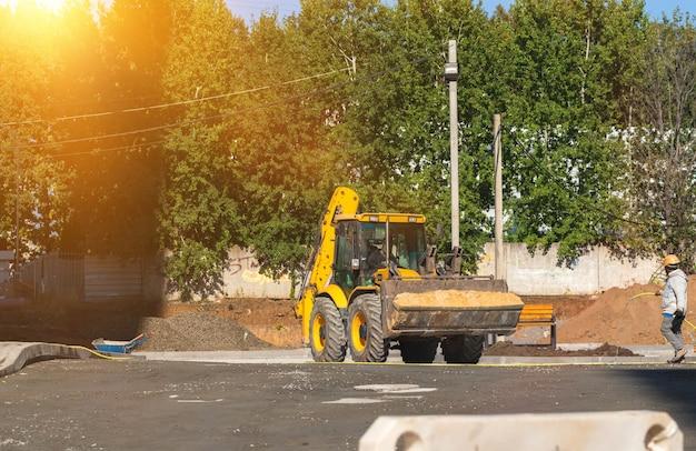 Mała koparka na budowie. zdjęcie koncepcji ciężkich maszyn