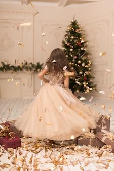 Mała księżniczka cieszy się z świąt bożego narodzenia.
