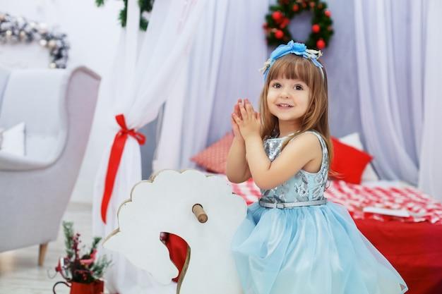 Mała księżniczka w sukni. pojęcie bożego narodzenia.