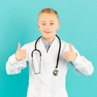 Mała lekarka pokazuje aprobaty