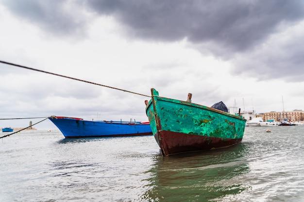 Mała łódka Cumująca Bari Port, Włochy, Podczas Burzy Przy Morzem. Premium Zdjęcia
