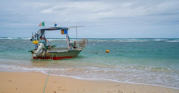 Mała łódka na morzu sardynii