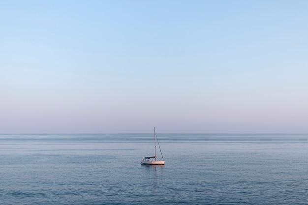Mała łódka na środku morza