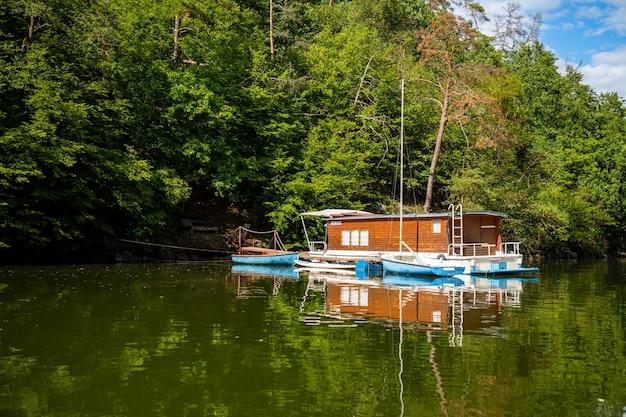 Mała łódź mieszkalna na jeziorze slapy czechy czechy europa