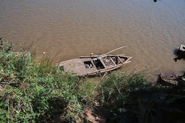 Mała łódź na nilu błękitnym w pobliżu chartumu w sudanie