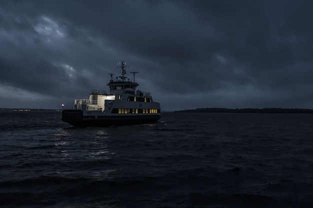 Mała łódź wycieczkowa żeglująca nocą