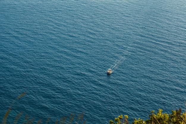 Mała motorówka na morzu
