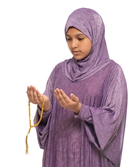 Mała muzułmańska dziewczyna modląca się za allaha, dziewczyna z modlitewnym kostiumem i różańcem, koncepcja ramadan kareem
