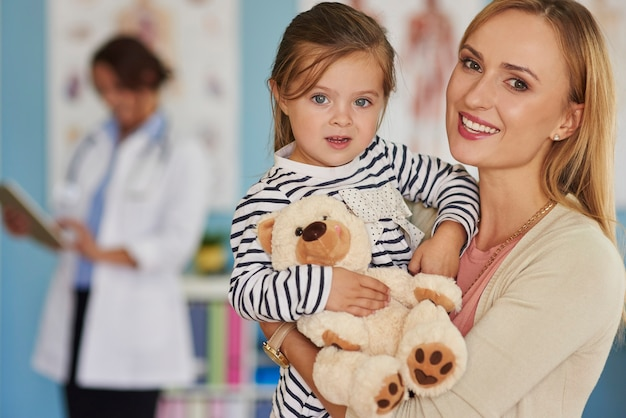 Mała odważna pacjentka ze swoją zabawką
