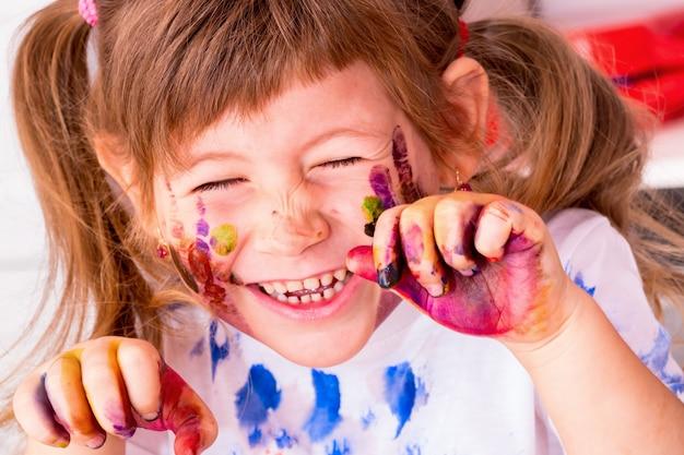 Mała piękna dziewczyna ma zabawę.