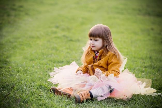 Mała piękna dziewczyna na trawie