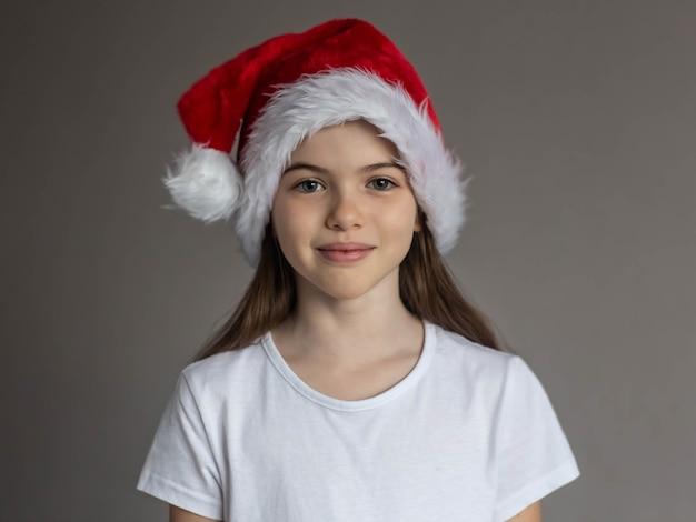 Mała piękna dziewczyna w koncepcji reklamy biały tshirt i nowy rok kapelusz