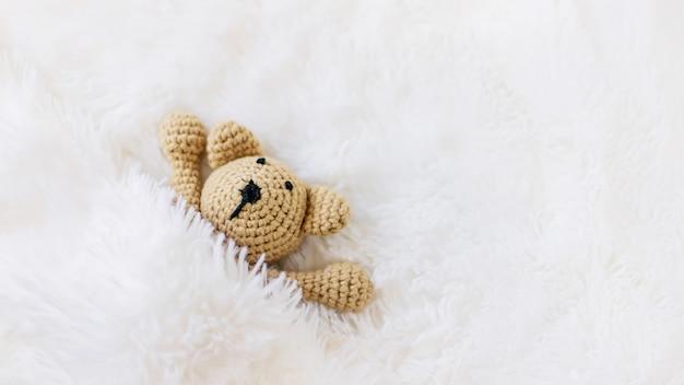 Mała pluszowa zabawka śpi