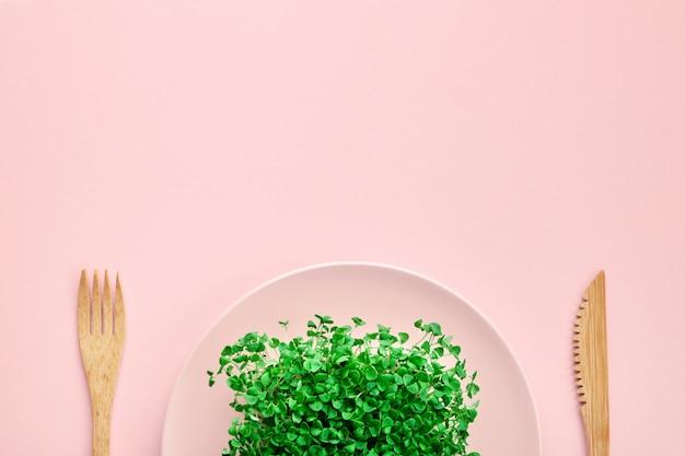 Mała porcja microgreen na talerzu.