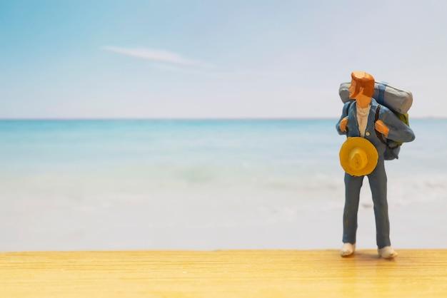 Mała postać podróżnika na światowy dzień turystyki