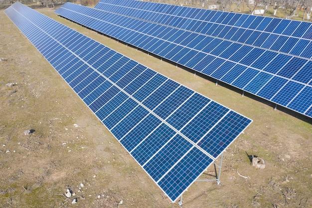 Mała prywatna elektrownia słoneczna na podwórku, która zapewnia niestabilność. zmniejsza szkodliwe emisje. prywatne wykorzystanie energii odnawialnej.