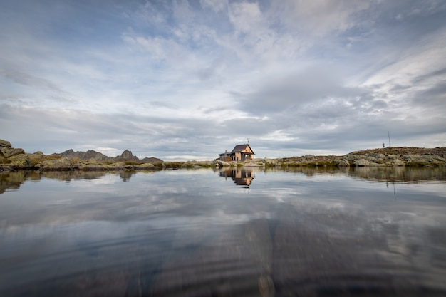Mała pustelnia w górach nad jeziorem