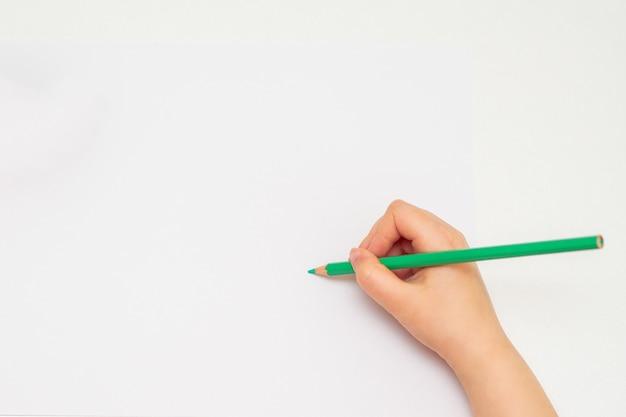 Mała ręka dziewczyna rysunek na papierze.
