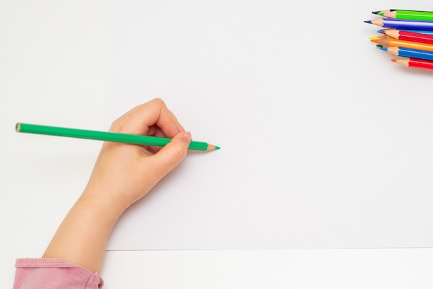 Mała ręka dziewczyna rysunek na papierze