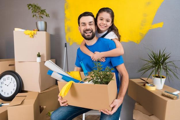 Mała rodzina razem naprawia dom