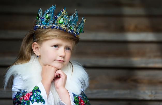 Mała rosyjska królowa. dziewczyna w koronie. królowa.