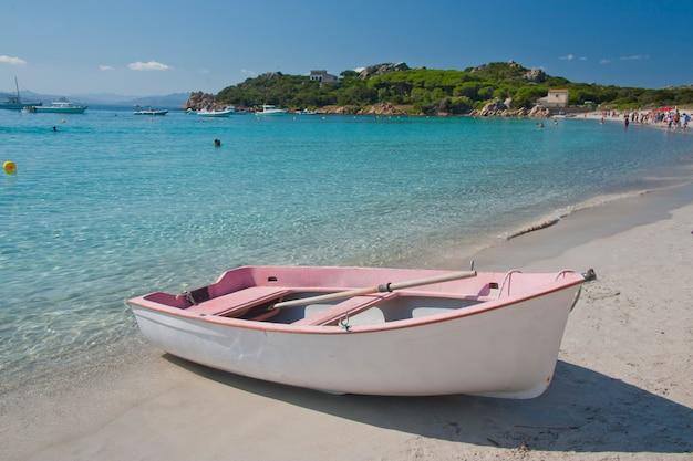 Mała różowa łódź na santa maria island
