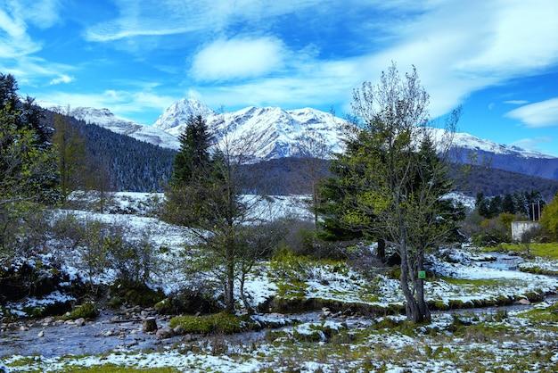 Mała rzeka w górach pirenejów z pic du midi de bigorre