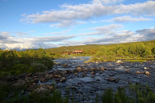 Mała rzeka w norwegii, skandynawia