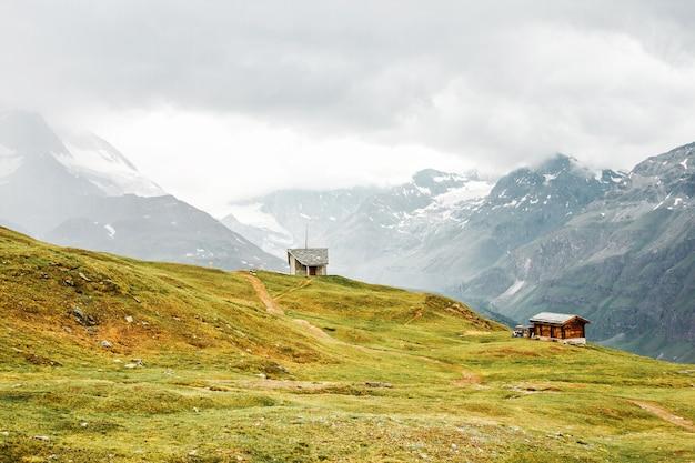 Mała ścieżka domu farmy w szwajcarskich górach zermatt szwajcaria lato w europie oggy krajobraz