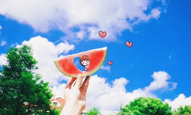 Mała śliczna dziewczyna na arbuzie: mieszana ilustracyjna kreatywna fotografia