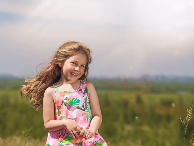 Mała śliczna dziewczyna na zewnątrz