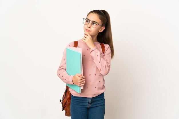 Mała studentka na białym tle ma wątpliwości