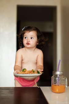 Mała sumienna dziewczyna układa stół