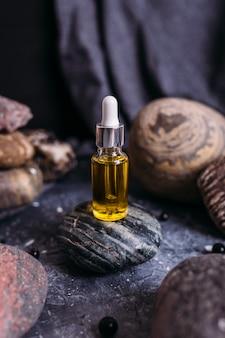 Mała szklana butelka z naturalnym magicznym olejkiem kosmetycznym i magicznym eliksirem