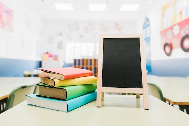 Mała tablica i podręczniki na stole