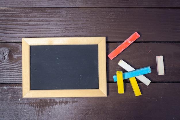 Mała tablica z kolorowymi kredkami
