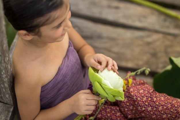 Mała tajlandzka dziewczyna bawić się w naturze z szczęśliwym.