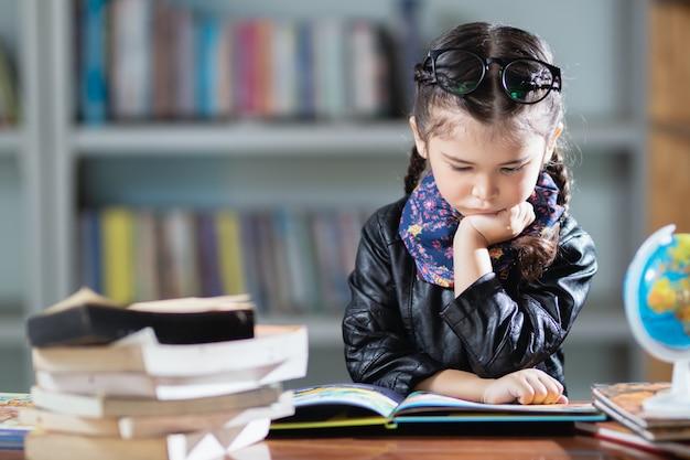 Mała tajlandzka dziewczyna uczy się nudno.