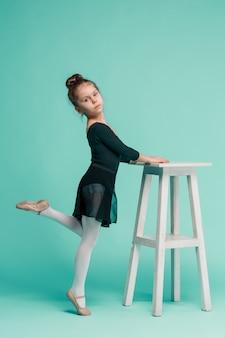 Mała tancerka baleriny na niebieskiej przestrzeni
