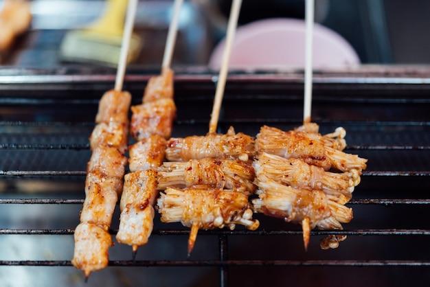 Mala to grillowane mięso (wołowina, wieprzowina, kurczaki lub grzyb) z sosem chilli