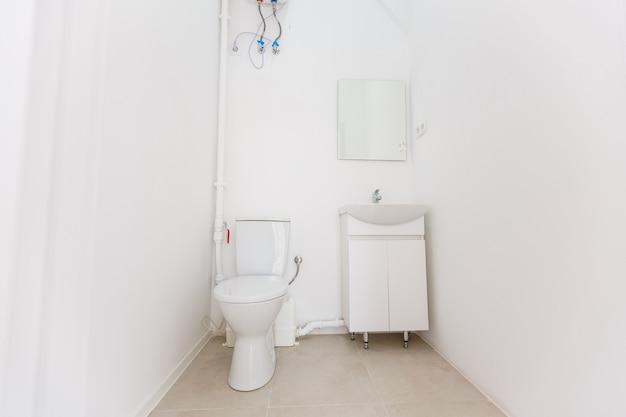 Mała toaleta w małym biurze