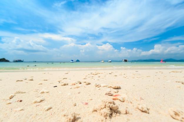 Mała tropikalna wyspa z białą piaskowatą plażą i błękitną przejrzystą wodą andaman morze.